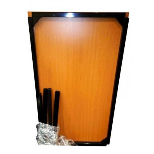Stůl s kovovým podnožím