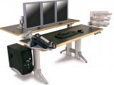 Pracovní stoly s oddělenými rovinami pro obrazovky